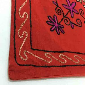 کاور کوسن دست دوز هوناری هندی طرح غنچه : زمينه قرمز